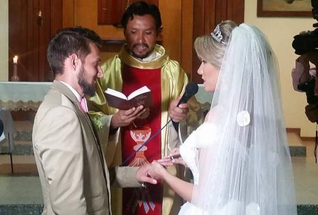 En la iglesia dando sus votos de amor