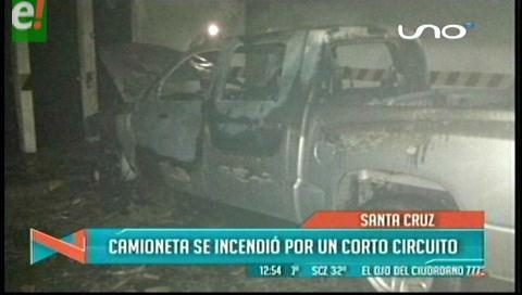 Camioneta se incendió por supuesto cortocircuito