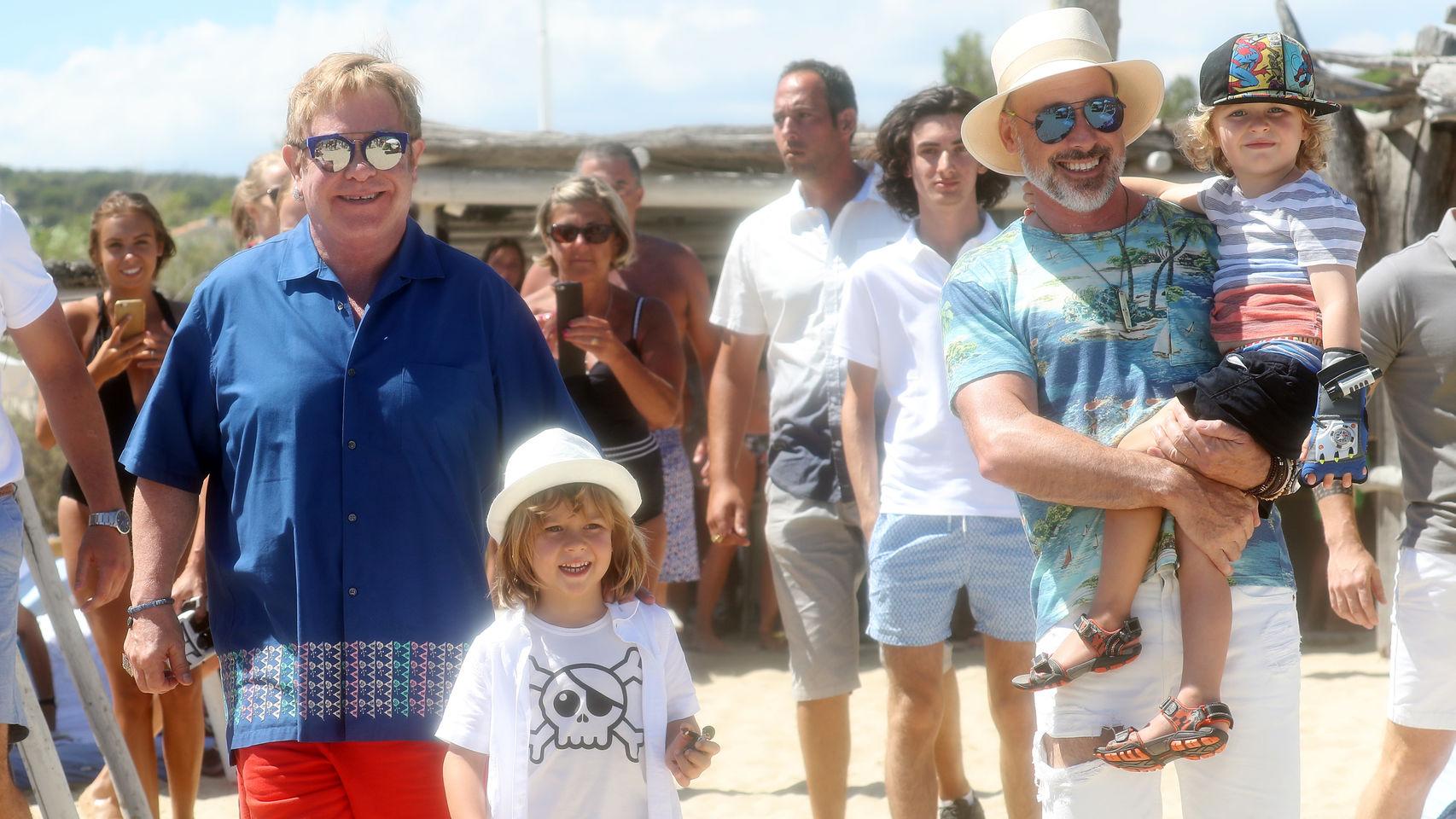 Elton John, su marido y sus hijos.