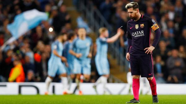 Messi se lamenta por el gol de Manchester City en el final del primer tiempo. (Reuters)