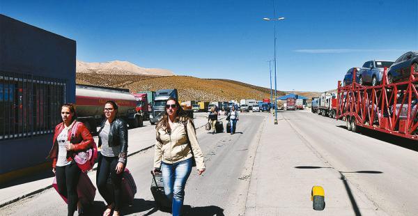 Además de los camiones varados, los viajeros la pasaron mal  en la frontera Bolivia-Chile