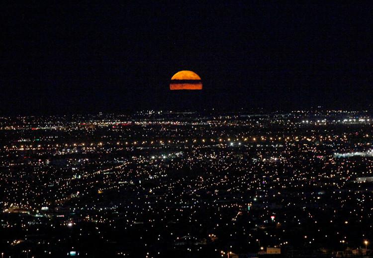 Una luna llena se eleva sobre Ciudad Juárez, Chihuahua, México, 9 de septiembre de 2014