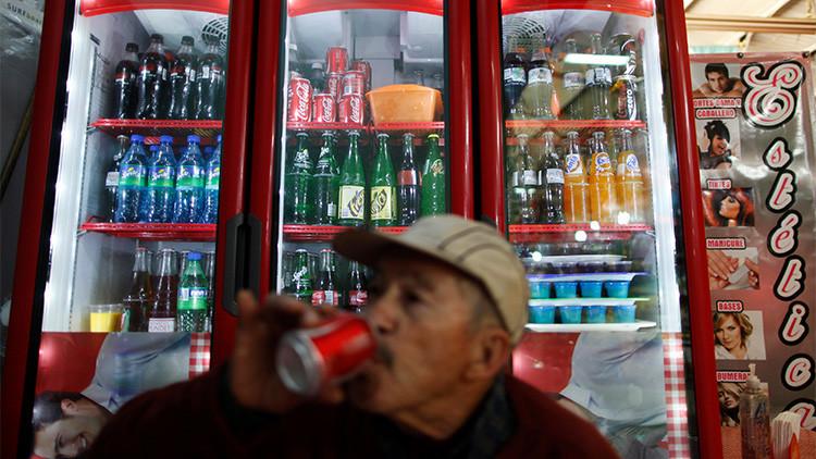Un hombre toma un refresco en la Ciudad de México
