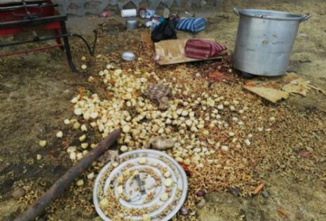 El alimento que los policías echaron como parte de su intervención.