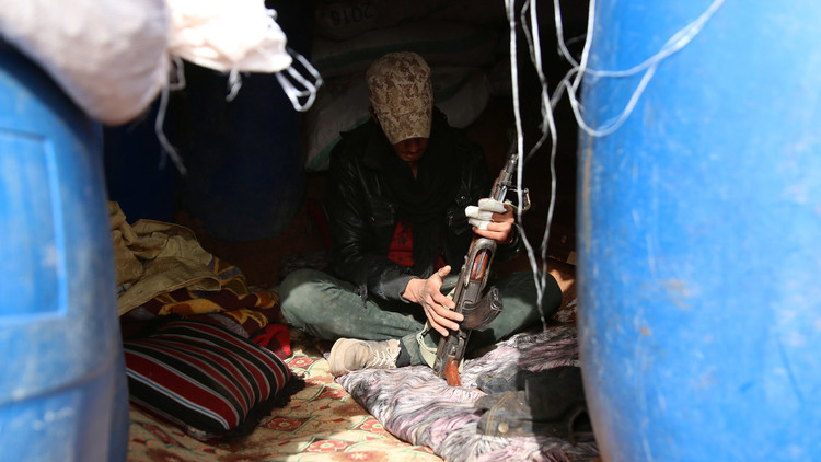 Un combatiente inspecciona su arma en el interior de un refugio en la localidad de Dael, sur de Siria. 4 de noviembre de 2016.