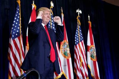 Banderas. El republicano Donald Trump pidió el apoyo de los votantes hispanos y negros, este sábado en Tampa. /AFP