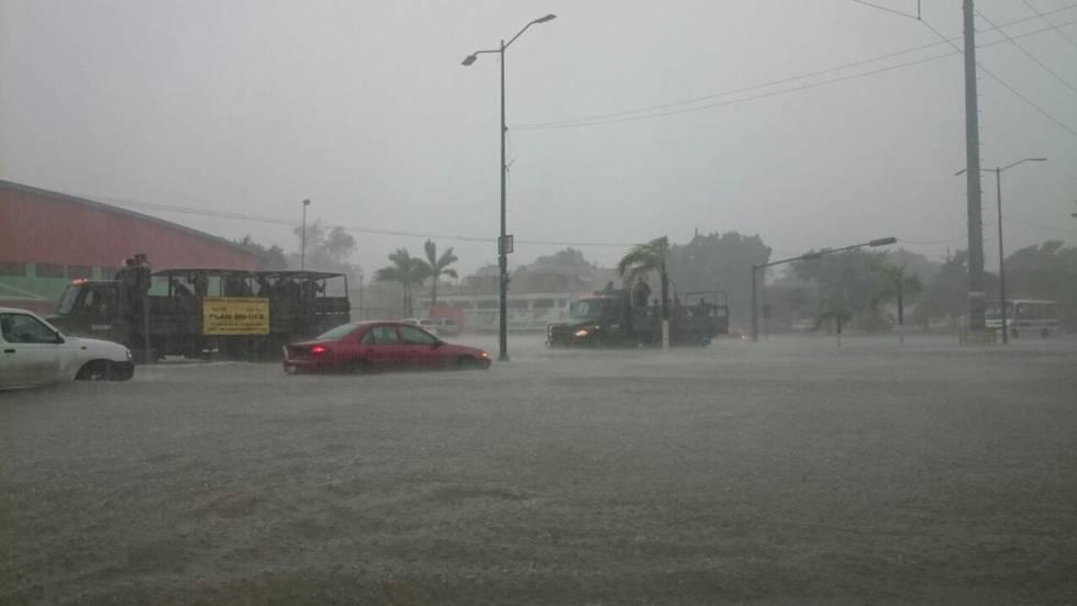 En Tampico, Tamaulipas los coches quedaron varados por la lluvia.