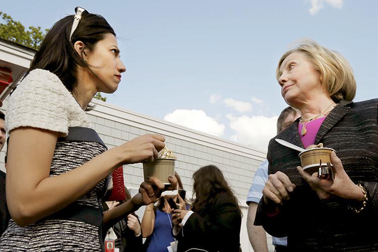 La candidata presidencial estadounidense y su asesora comparten un momento de descanso en Derry, New Hampshire. 22 de mayo de 2015.