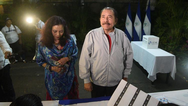El presidente de Nicaragua Daniel Ortega y su esposa Rosario Murillo depositan su voto en un colegio de Managua, el 6 de noviembre de 2016.