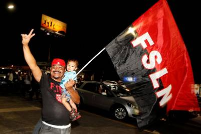 Seguidores de Daniel Ortega celebran su triunfo anoche en Nicaragua. /Reuters