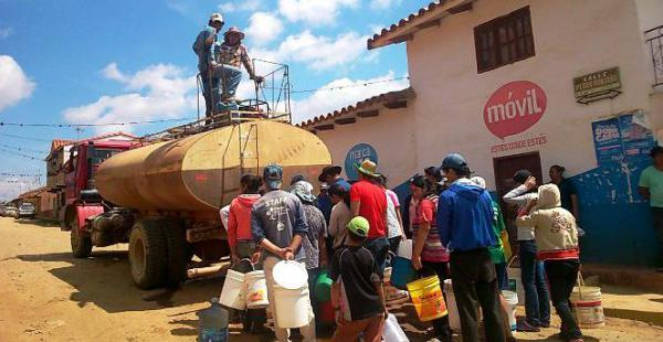 Un camión cisterna de Cosmon repartió agua a los pobladores la mañana del domingo