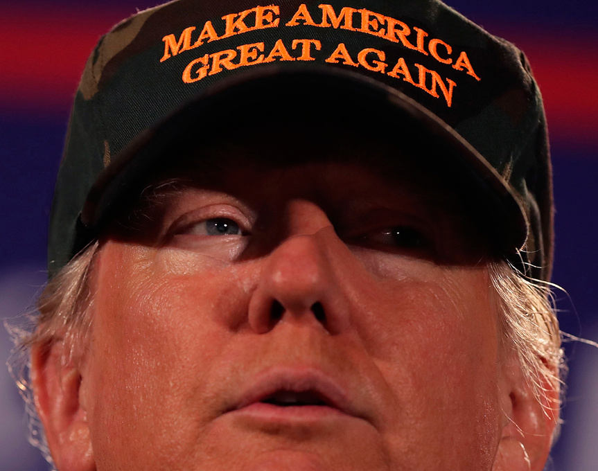 El rostro de Donald Trump ocupa todo el plano durante un mitin en Florida.