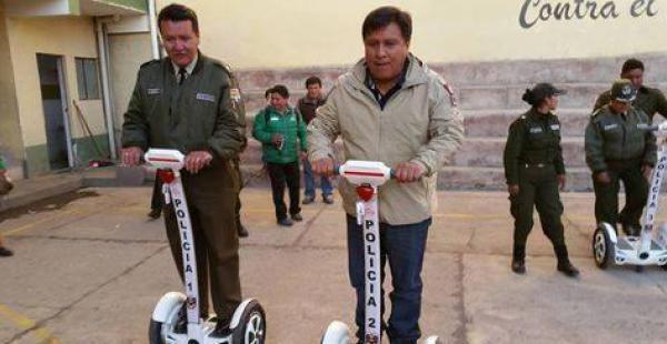 La autoridad municipal realizó la dotación de los equipos a uniformados de la Policía Turística.
