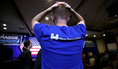 Un votante de Hillary Clinton se agarra la cabeza como no creyendo lo que está pasando en EE.UU (AP Photo/Charles Krupa)