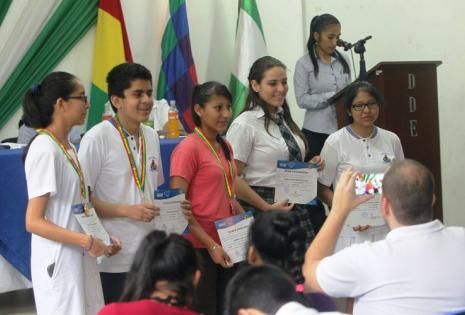 La emoción de los estudiantes fue notoria al momento de recibir sus medallas