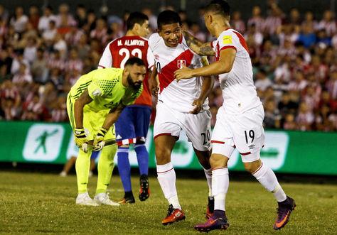 El jugador de Perú Edison Flores (2-d) festeja su gol con su compañero de equipo Yoshimar Yotun