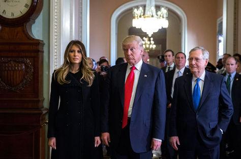 El presidente electo de Estados Unidos, Donald Trump (c) junto a su esposa Melania Trump (i) y el líder de la mayoría del Senado, Mitch McConnell (d), tras una reunión en el Capitolio. Foto: EFE