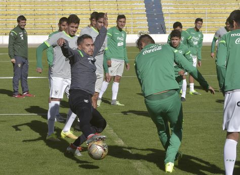 Jugadores de Bolivia durante el entrenamiento del sábado en el estadio Siles.