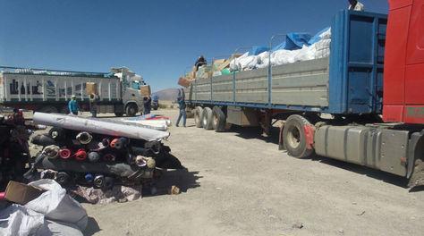 Dos de los 50 camiones con mercadería de contrabando en Sabaya, tras su entrega por la población
