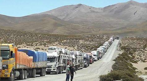 Vehículos de transporte de carga internacional parados en la frontera con Chile.