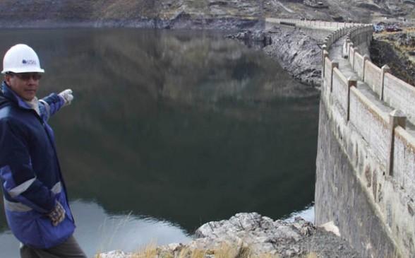 REPRESA. Un técnico de EPSAS señala el nivel del agua en la represa de Hampaturi, construida en 1945 - Wendy Inarra La Prensa