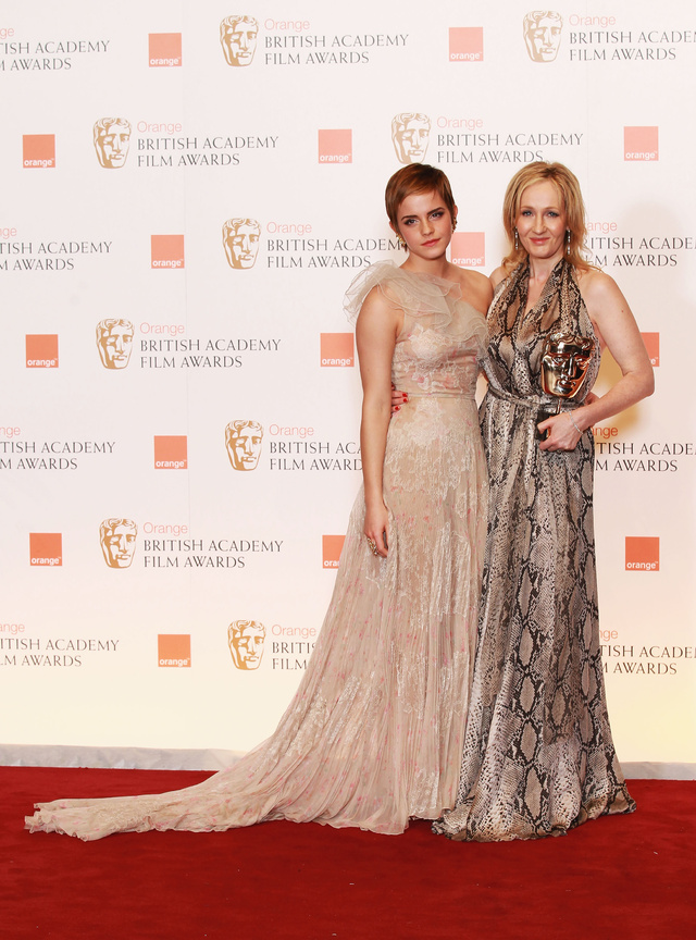 J.K. Rowling junto a Emma Watson en los Bafta 2011.