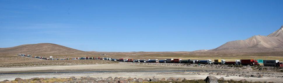 Transportistas bolivianos esperan hasta tres días para ser atendidos en Chungará
