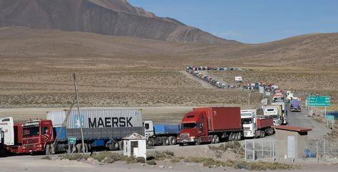 Transportistas bolivianos afectados por el paro en Chile hacen una larga fila para ser atendidos en el puesto fronterizo de Chungará. Foto: Pedro Laguna