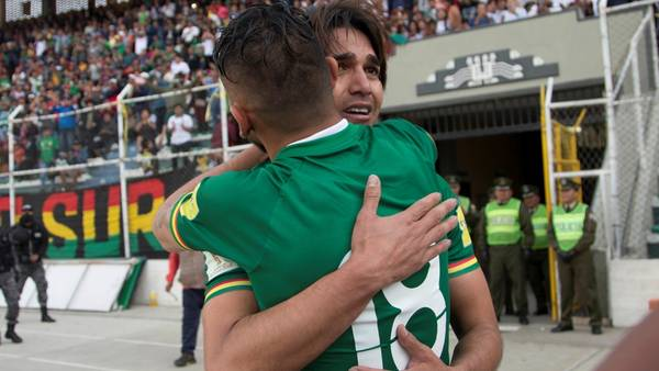Marcelo Martins festeja con Yasmani Duk su gol ante Paraguay por las . (AP Photo/Juan Karita)
