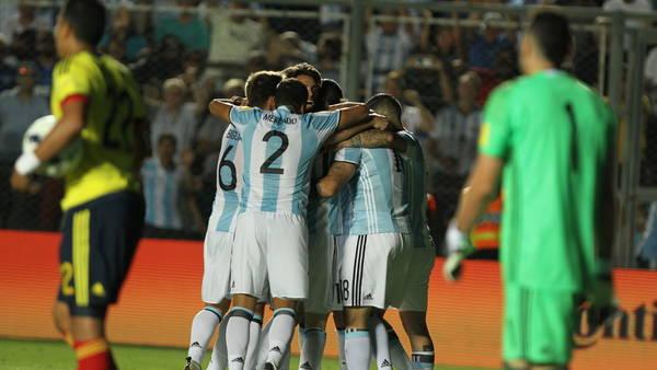 Los jugadores argentinos festejan ante Colombia en San Juan. (Fotoreporter)