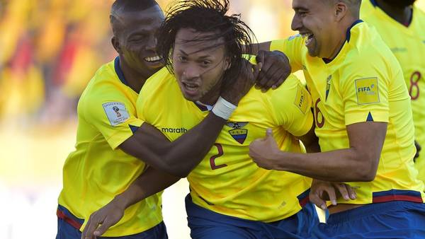Arturo Mina celebra el primer gol de Ecuador frente a Venezuela. (AFP PHOTO / RODRIGO BUENDIA)