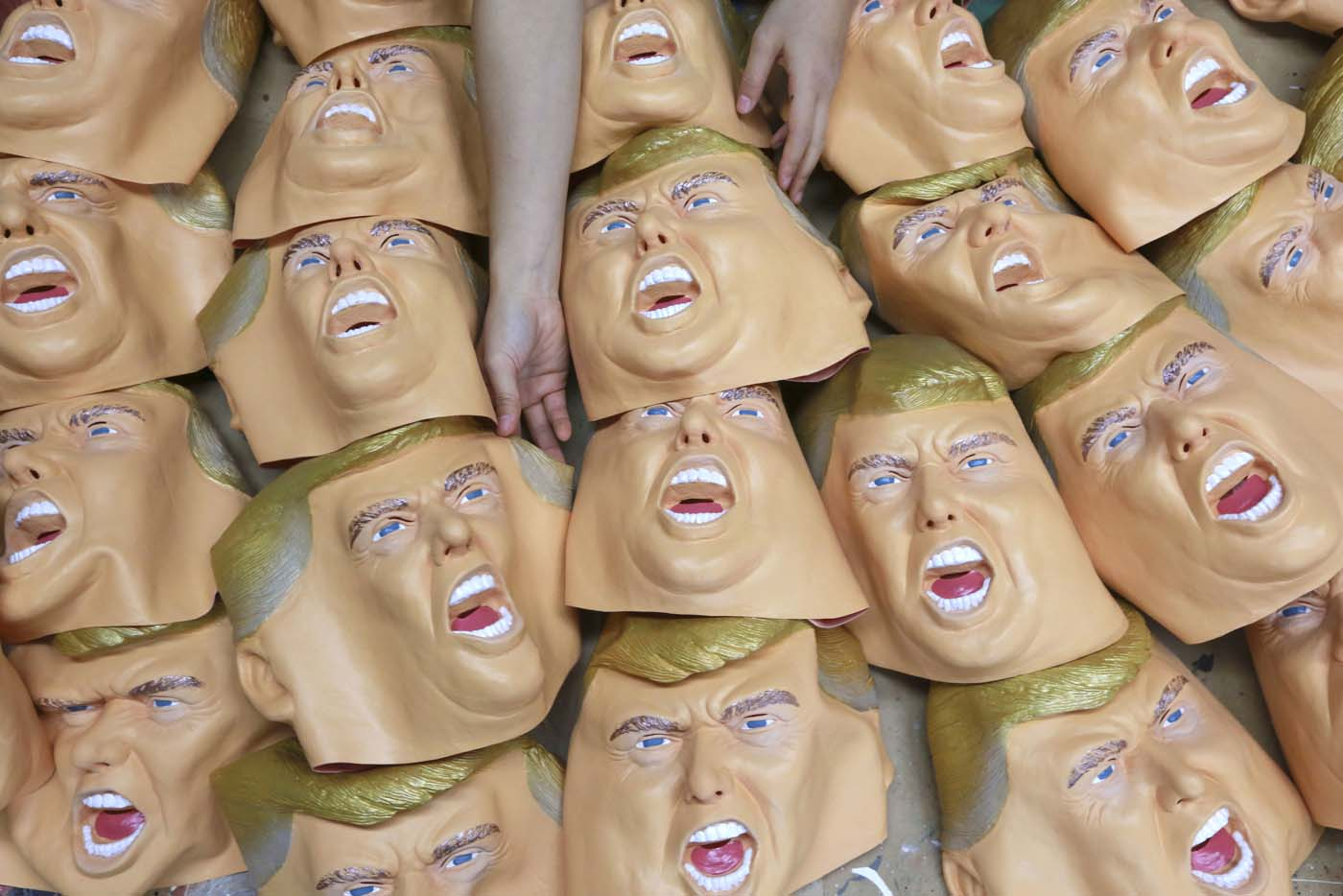 Un trabajador se dispone a dar los útlimos toques a máscaras de goma con la cara del presidente electo de Estados Unidos, Donald Trump, en el Ogawa Studio de Saitama, en el norte de Japón, el 15 de noviembre 2016. (AP Foto/Eugene Hoshiko)