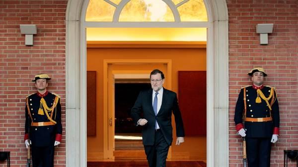 En problemas. El presidente Mariano Rajoy hace su egreso de La Moncloa (AFP).