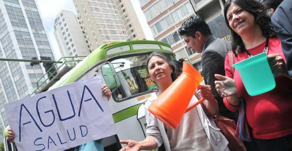 Decenas de personas salieron a las calles de la sede de Gobierno para protestar por la falta de agua.