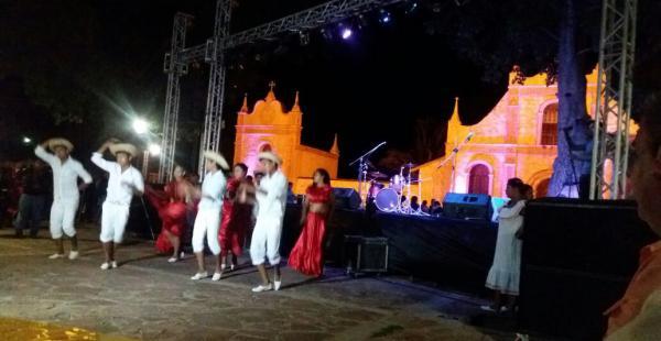 La apertura del festival se realizó en el frontis de la Iglesia ante una buena cantidad de público. Danzas típicas fueron presentadas