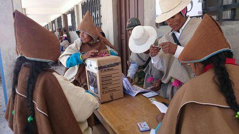Chipayas asistieron a los centros de sufragio para emitir su voto. Foto: Juan Mejía.