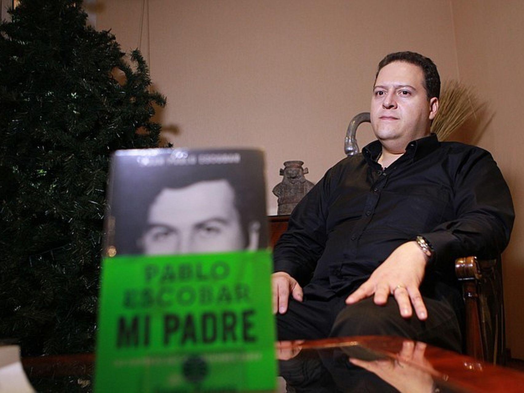 Juan Pablo Escobar (Sebastián Marroquín) escribe el segundo libro sobre su padre, el narcotraficante colombiano Pablo Escobar.