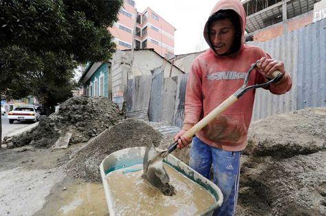 Un obrero trabajan en una construcción en La Paz.