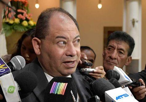 El ministro de Gobierno, Carlos Romero, en contacto con la prensa, en Palacio de Gobierno.