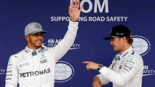 Lewis Hamilton junto a Nico Rosberg en el Gran Premio de Brasil, que se llevó el británico.  REUTERS