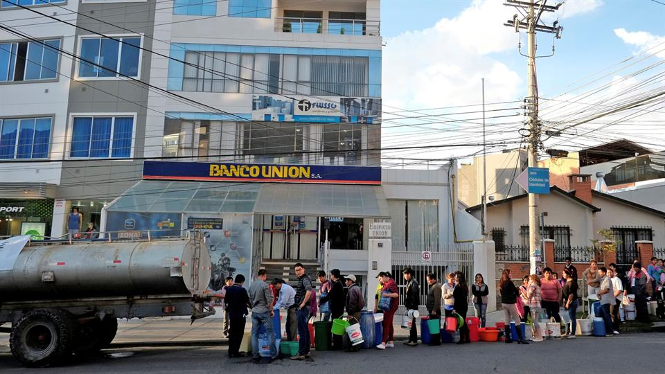 Los camiones con agua recorren la ciudad y abastecen a las personas que hacen largas colas para conseguir un poco de agua. Foto: Reuters / David Mercado