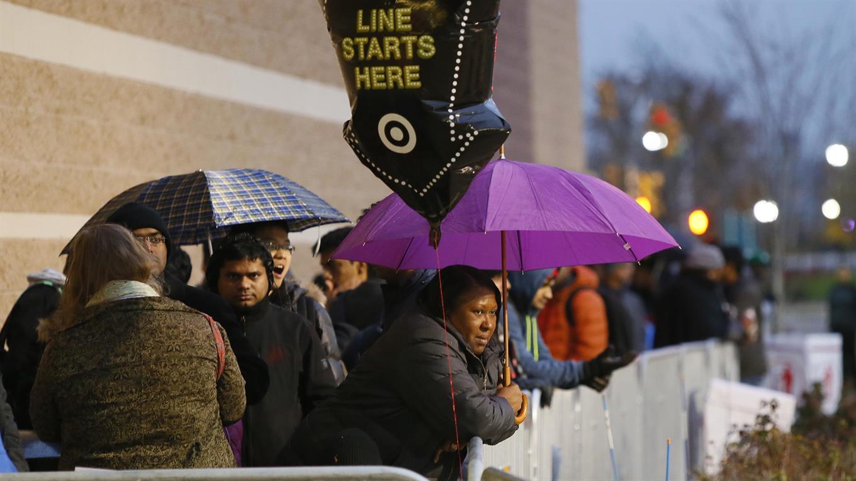 Colas de gente esperando afuera de los comercios antes de que abran las puertas. Foto: AP / Noah K. Murray