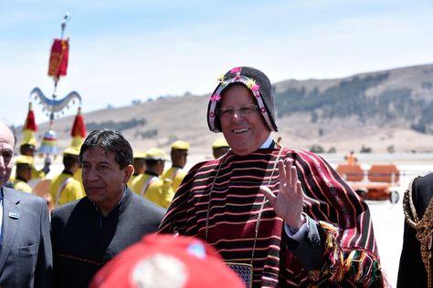 El presidente de Perú, Pedro Pablo Kuczynski, habla a su arribo al aeropuerto de Alcantarí, en Sucre. Foto: Presidencia de Perú