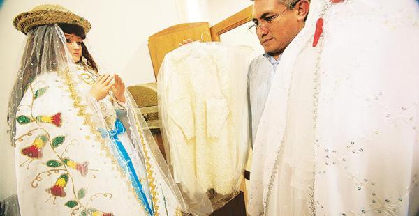 devoción a la mamita cotoca prepara la festividad de la patrona del oriente boliviano El párroco muestra las opciones de vestidos para la visita de la Virgen a la capital