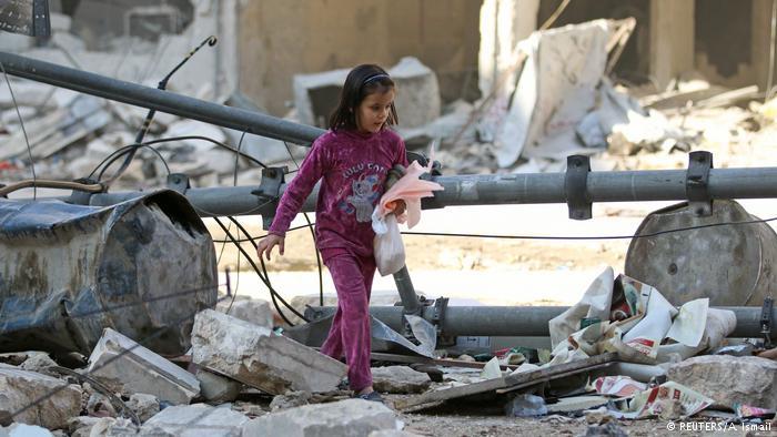 Una niña camina entre las ruinas de un barrio en el este de Alepo, Siria.
