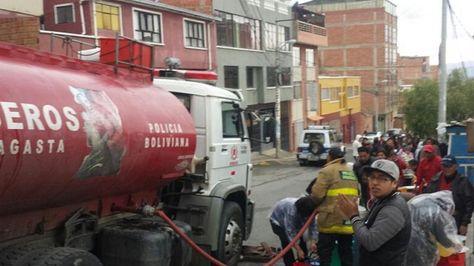 Bomberos distribuye agua a vecinos que bloqueaban en la Calle 9 de Villa San Antonio Bajo.