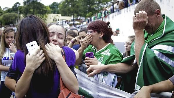 Los hinchas se reunieron en el estadio para homenajear a sus jugadores. (EFE)