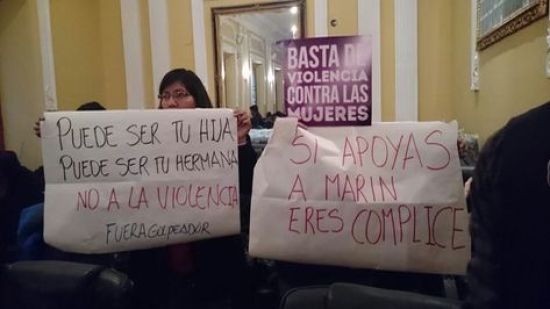 En plena sesión, asambleistas mujeres protestan contra la reincorporación de Marín Sandoval en su cargo. Foto: Miriam Chávez