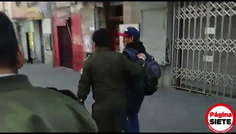 Policía 'detiene' antes de audiencia a 2 periodistas