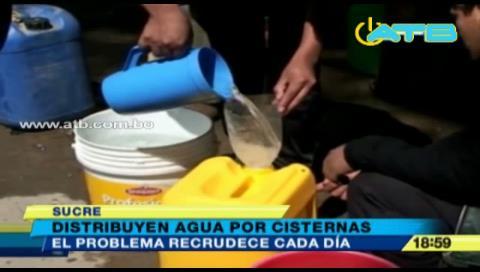 Autoridades distribuyen agua en cisternas en Sucre